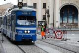 Kuriozum. Robotnicy przesuwają barierki przed tramwajami