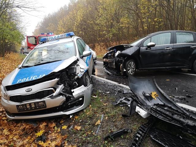 Pod Grudziądzem doszło do zderzenia z udziałem policyjnego radiowozu i dwóch innych samochodów. Dwaj policjanci zostali ranni, trafili do szpitala.