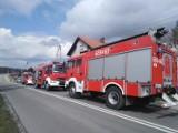 Pożar w Krostoszowicach. Płonęło pomieszczenie na parterze. Strażacy w ostatniej chwili wydostali 69-latka
