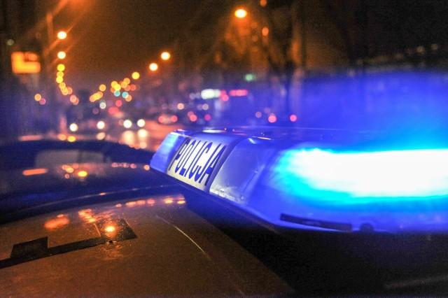 30-latek, który miał zakaz prowadzenia pojazdów, wyprzedzał w niedozwolonym miejscu i zderzył się czołowo z samochodem jadącym z naprzeciwka