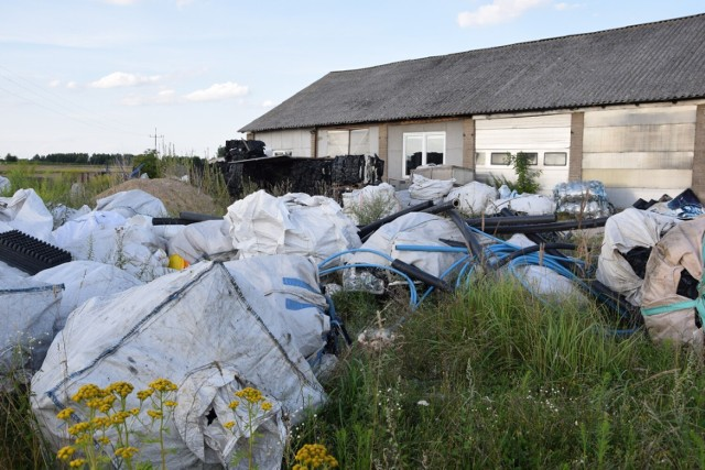 Nielegalny biznes śmieciowy pod Skierniewicami nadal kwitnie
