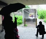 Kraków: rzeźba-tunel Bałki przeniesiona z Podgórza na Zabłocie