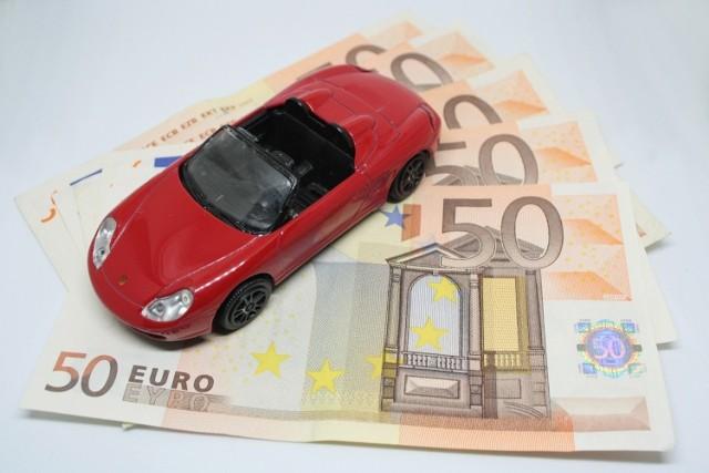 Jak oszczędzić na samochodzie? To pytanie chyba każdy z nas zadał sobie choć raz. Kiedy dotrze do nas ile rocznie kosztuje nas utrzymanie samochodu, to naturalne, że zaczynamy zastanawiać się, jak ograniczyć te wydatki. Sam zakup auta to niemały wydatek, a jego utrzymanie rocznie pochłania kilka tysięcy złotych! Co zrobić, by oszczędzić na samochodzie, ale utrzymywać go w dobrym stanie? Podpowiadamy!