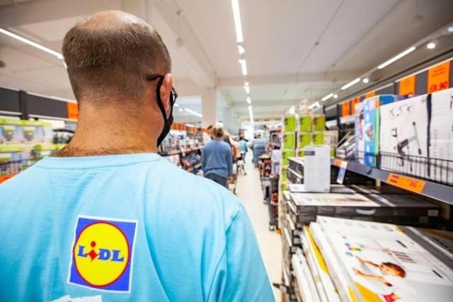 Zarobki kasjerów w dyskontach są coraz bardziej atrakcyjne.  Ile zarabiają kasjerzy w najpopularniejszych sklepach w Polsce? Sprawdziliśmy.  Poznaj stawki na kolejnych slajdach >>>>>