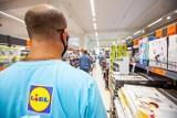 Tyle płacą w Biedronce, Lidlu i innych sklepach. Ile płacą na kasie w sklepach? [stawki - 18.07]