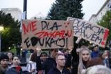 """Protest """"Jesień Średniowiecza"""" w Warszawie. """"Niech PiS wie, że ma i będzie miał krew na rękach"""""""