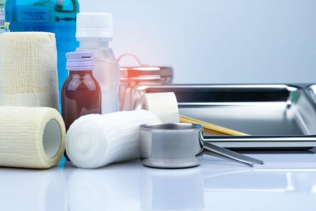 Opatrunek powinien być zakładany i zmieniany z zachowaniem zasad higieny, m.in. odpowiedniej dezynfekcji skóry