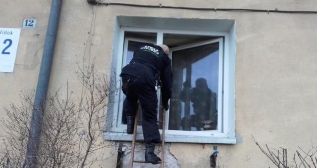 Strażnicy po raz kolejny w ciągu kilku miesięcy wchodzili oknem do tego samego zadymionego mieszkania.