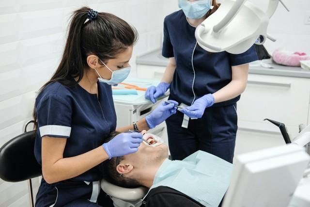 Szukasz dobrego stomatologa w Poznaniu? Zdaj się na opinie innych pacjentów. Oto 14 najlepszych stomatologów, którzy mają najwięcej pozytywnych opinii w Google. Pod uwagę zostały wzięte gabinety z oceną powyżej 4,5 i liczbą opinii 50+. Kolejność podyktowana jest ilością głosów, od najmniejszej do największej.  Zobacz najlepszych dentystów --->
