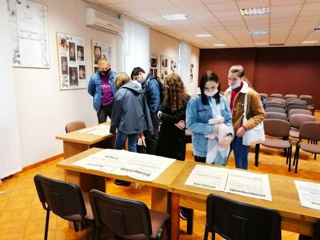 Uczniowie II LO w Przemyślu - uczestnicy projektu - podczas zajęć w Archiwum Państwowym w Przemyślu.