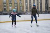 Lodowisko w Chorzowie na rynku już działa [ZDJĘCIA]. Obok lodowiska jest wypożyczalnia łyżew, szlifiernia i depozyt