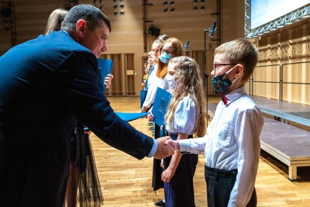Najzdolniejsi uczniowie gorzowskich szkół otrzymali stypendia.