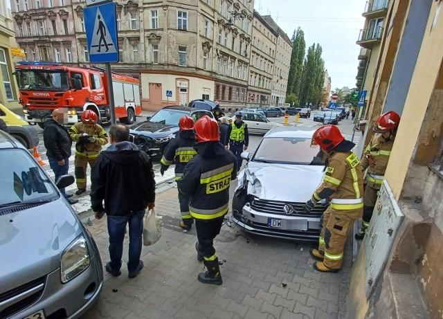 W poniedziałek (11.10.2021) około godziny 12:30 na skrzyżowaniu ul. Komuny Paryskiej i Prądzyńskiego doszło do groźnie wyglądającego wypadku dwóch samochodów osobowych. Jedno z aut wpadło na chodnik przy przejściu dla pieszych. Kierujący BMW mężczyzna wyjeżdżając z ul. Prądzyńskiego, nie ustąpił pierwszeństwa przejazdu kierowcy VW jadącemu ul. Komuny Paryskiej. Po zderzeniu VW wpadł na chodnik przy przejściu dla pieszych. Na szczęście w tym momencie nikogo tam nie było. Kierowcy też nie odnieśli poważnych obrażeń. Skrzyżowanie jest częściowo zablokowane.