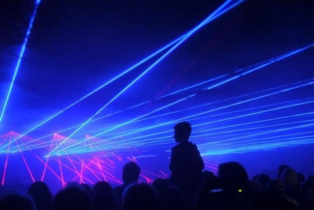 """Wczorajsza projekcja filmu """"Czy jesteśmy tu sami"""" oraz pokaz laserowy na Młynie Wiedzy w ramach 11. edycji Bella Skyway przyciągnęła tłumy. Warto dodać, że to był jedyny taki pokaz w tegorocznej edycji festiwalu. Mamy dla Was zdjęcia z tego laserowego show!  Polecamy: Skyway 2019. Pełna fotorelacja z festiwalu Elektryczne hulajnogi i skutery wjeżdżają do Torunia!  Zobacz wideo z pokazów:"""