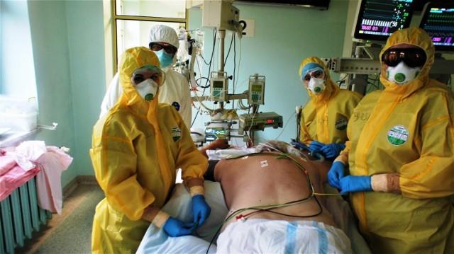 """W bielskim szpitalu podkreślają, że mylne jest przeświadczenie, iż to """"respiratory leczą ludzi"""". Przede wszystkim chorych leczą inni ludzie."""
