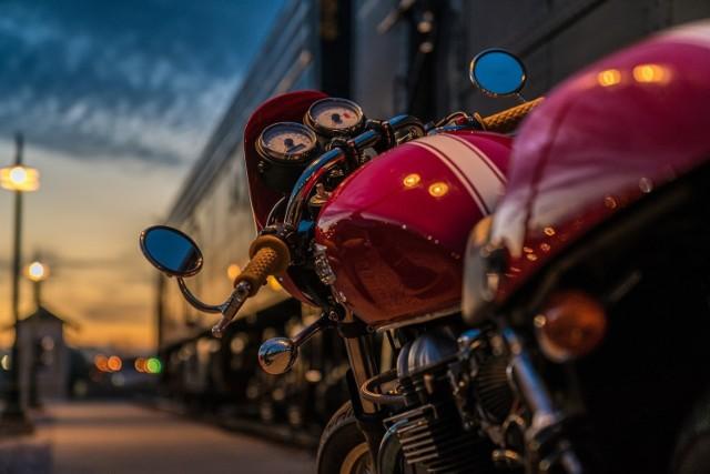 Aby mieć własny motocykl, niekoniecznie trzeba posiadać gruby portfel. Przejrzeliśmy najtańsze oferty używanych motocykli z województwa małopolskiego w kwocie do 3 tys. zł. Zobacz, jakie modele można kupić za te pieniądze. Wszystkie ogłoszenia pochodzą z portalu olx.pl.  Przejdź do dalej i zobacz najnowsze oferty! >>>