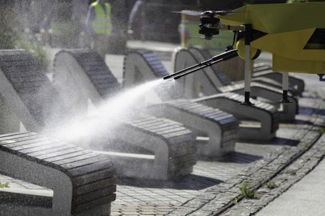 Dronoid zdezynfekował Rynek w Katowicach. Zobacz kolejne zdjęcia. Przesuwaj zdjęcia w prawo - naciśnij strzałkę lub przycisk NASTĘPNE >>>