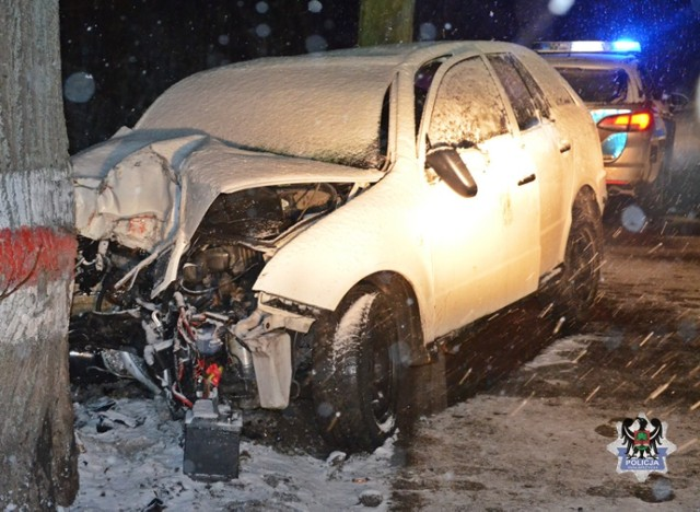 Świadek wypadku pomógł pijanemu kierowcy wysiąść z auta. Ten zostawił rozbite na drzewie auto i uciekł w stronę Mieroszowa