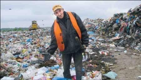 Zbieracze z hałd śmieci wygrzebują wszystko, co da się sprzedać. Ryszard Jasiński zbiera głównie aluminiowe puszki, które sprzedaje za 4 zł za kilogram, foto: Marcin Sobocki