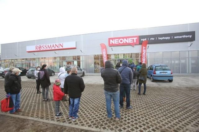 Sklep Neonetu już gościł pierwszych klientów, a sąsiedni Rossmann od kilkunastu dni przygotowuje się na piątkową inaugurację Zobacz kolejne zdjęcia/plansze. Przesuwaj zdjęcia w prawo - naciśnij strzałkę lub przycisk NASTĘPNE