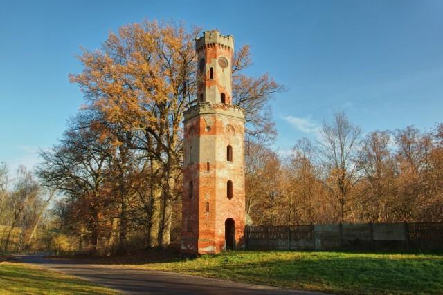 Wieża widokowo - zegarowa z XIX W. w Warszynie. Obiekt był częścią rozebranego pałacu. Obecnie nie istnieje.