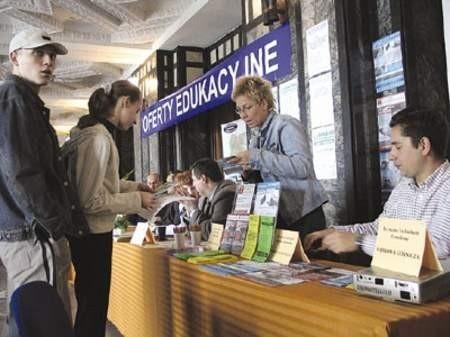 Marcin Błach i Ewa Ptak przeglądają ofertę szkoleniową prezentowaną przez Annę Borecką.