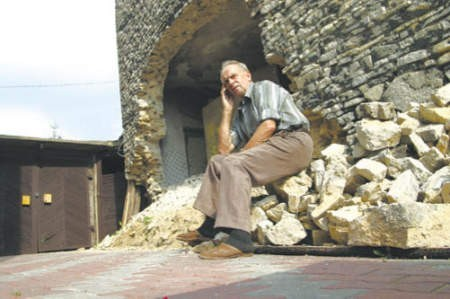Henryk Zajkowski jest załamany. Codziennie myśli tylko o tym, kiedy budynek przy jego domu runie.