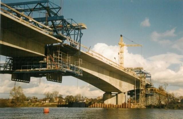 Budowa mostu przez Odrę we Wróblinie, w ciągu obwodnicy północnej. Październik 1998 r.