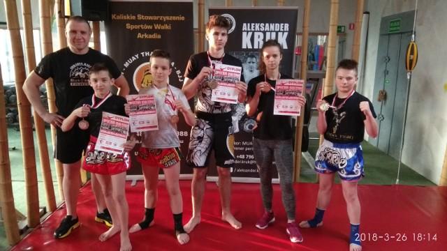 Arkadia Kalisz, od lewej: trener Aleksander Kruk, Igor Miklas, Maciej Herbich, Hubert Guźniczak, Karolina Wojtczak i Adam Borowski.