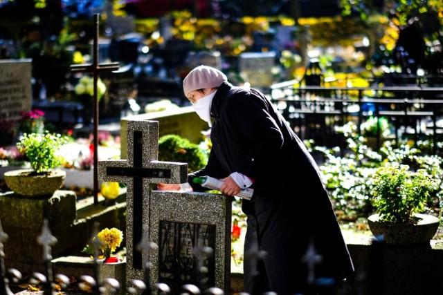 Eksperci apelują, by starsze osoby w tym roku zostały w domu i nie odwiedzały grobów przy okazji Wszystkich Świętych. W zamian proponują modlitwę za zmarłych. Jeśli ktoś bardzo chce odwiedzić cmentarz, powinien to zrobić w innym terminie.