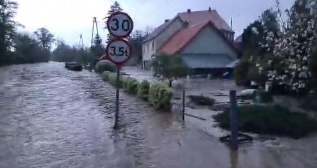 Zalane miejscowości w powiecie ząbkowickim, kadr z transmisji prowadzonej na facebook.com/strzelin998