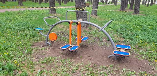 """Sześć kolejnych urządzeń do ćwiczeń, tym razem przeznaczonych dla dzieci, zostało ustawionych na terenie Ośrodka Sportów Wodnych """"Dojlidy"""" przy ul. Plażowej."""
