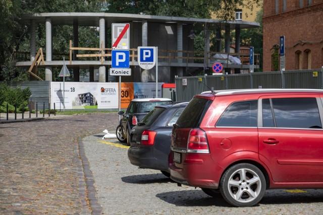 Koniec parkowania na Wyspie Młyńskiej - przestrzeń w sercu miasta ma być oddana pieszym i rowerzystom.