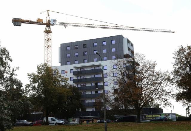 W bardzo sprawnym tempie budowany jest 10-piętrowy blok mieszkalny z częścią usługową Struga Tower przy ulicy Struga w Radomiu - jedna z najciekawszych nowych inwestycji w mieście. W budynku będzie 75 mieszkań, lokale usługowe i garaż podziemny. Inwestycja ma być ukończona w marcu 2022 roku. Przekazywanie mieszkań zaplanowano na drugi kwartał 2022 roku.   >