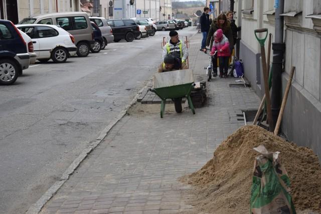 Jeden z remontów realizowanych w ramach robót publicznych to ułożenie chodnika przy ul. Hallera
