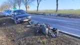 Tragiczny wypadek na trasie Żary-Bieniów. W zdarzeniu brały udział dwa auta i skuter. Jedna osoba jest ranna