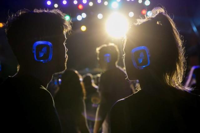 """Silent Disco, czyli popularne """"ciche dyskoteki"""" ponownie wracają na mapę warszawskich imprez. Najbliższa taka impreza odbędzie się już w najbliższy piątek w nadwiślańskiej knajpie Babie Lato. Uczestnicy otrzymają (za kaucją 20zł) nauszne słuchawki, do których docierać będzie muzyka grana na żywo. Piątkowy line-up przewiduje takich artystów jak DJ z Wąsem, Tyszka (glass hunters) i karla brumi.   KIEDY: Piątek, 10 lipca GDZIE: Babie Lato, Bulwar Floty Wiślanej BILETY: udział bezpłatny"""