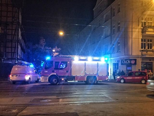 Do wycieku gazu w kamienicy przy ul. Poplińskich doszło w poniedziałek, 9 grudnia wieczorem. Konieczna była ewakuacja mieszkańców, którzy czekali na efekty prac służb, m.in. w podstawionych autobusach MPK Poznań.