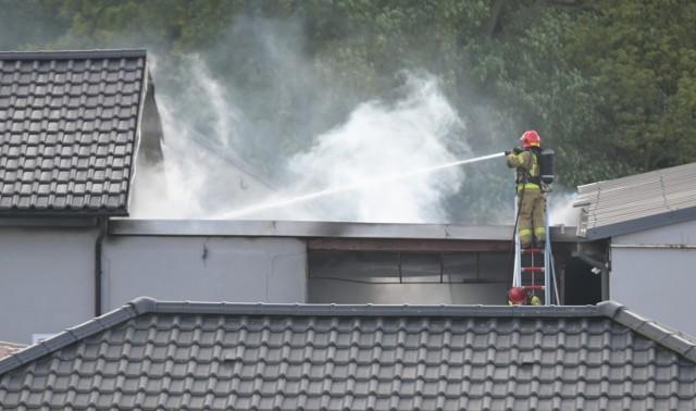 W Szembruczku w gminie Rogóźno płonął budynek warsztatowo-garażowy. Na szczęście nikomu nic się nie stało, ale obiekt został mocno zniszczony. Straty oszacowano wstępnie na około 200 tys. zł.