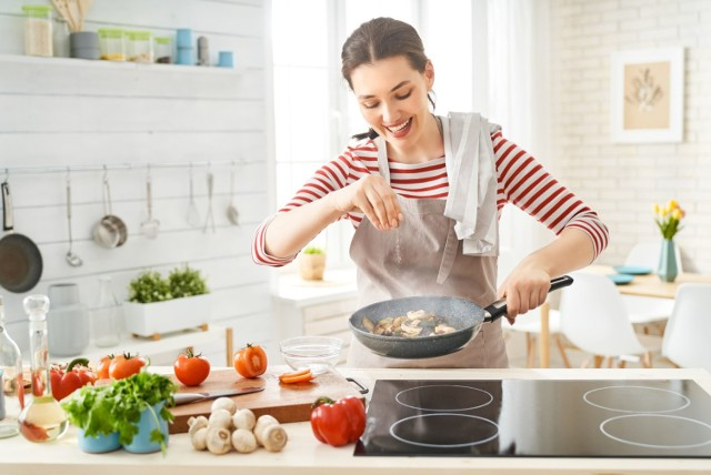 By zachować w pokarmach możliwie jak najwięcej substancji odżywczych dla organizmu, trzeba postępować z żywnością w odpowiedni sposób. Sprawdź, popełnianie jakich błędów prowadzi do niszczenia witamin, antyoksydantów i innych cennych składników pokarmowych!