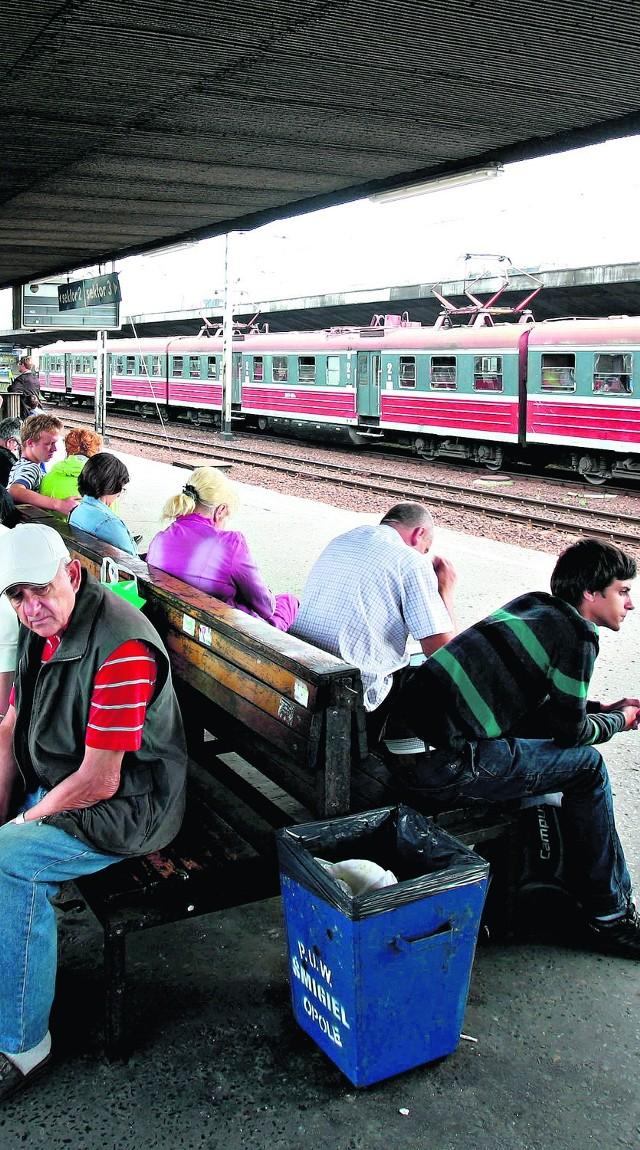 Pasażerów czeka następna przeprawa z kolejami