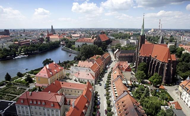 Wieża widokowa Archikatedry pw. św. Jana Chrzciciela Najważniejszy kościół archidiecezji wrocławskiej w gotyckim, obecnym kształcie został wybudowany w XIV wieku. Na platformę na 97-metrowej wieży można się dostać windą. Wieża jest czynna od czerwca do września.  plac Katedralny 18