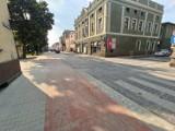 Rawicz. Ulica 17 Stycznia w końcu przejezdna. Jak wygląda po budowie ścieżki rowerowej? [ZDJĘCIA]