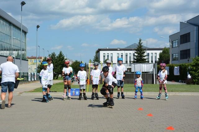 W grójeckim skate parku Grzegorz Krajewski uczył dzieci jazdy na rolkach, deskorolce i hulajnodze.
