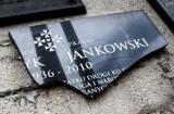 Zniszczona tablica upamiętniającą ks. Jankowskiego. Zdjęcia