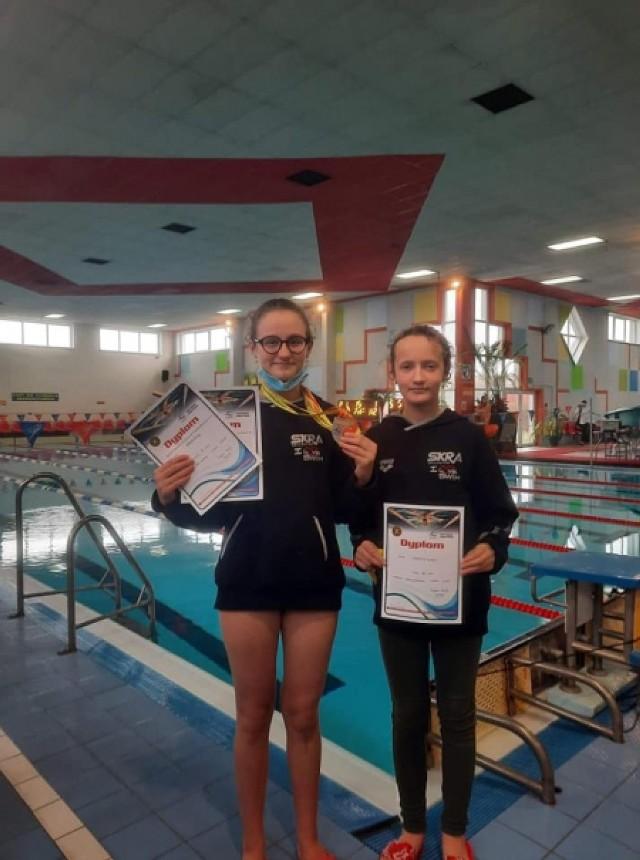 Na zdjęciu od lewej strony: Alicja Polek z dwoma medalami oraz Sandra Jabrzyk