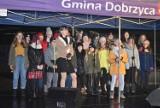 Najpiękniejsze kolędy i pastorałki wybrzmiały w Dobrzycy. Śpiewały dzieci i młodzież. Burmistrz oraz przewodniczący Rady rozdawali pierniki