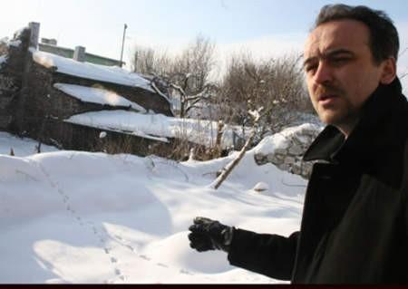 Adam Szydłowski obok domu, w którym mieścił się bunkier.
