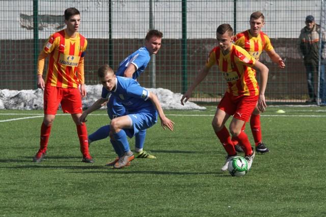 Fragment wiosennego derbowego meczu Korony Kielce z Juventą Starachowice w Centralnej Lidze Juniorów Młodszych. Kielczanie wygrali 2:0.