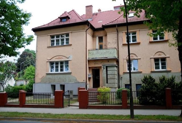 Mieszkanie znajduje się w willowym budynku przy ul. Nowowiejska 31/1a w Jeleniej Górze.  Jego powierzchnia to 63,60 m2, a cena wywoławcza 65 tys. zł.  Sprzedaż: 30.11.2020 godz. 11:00 Oddział Regionalny AMW we Wrocławiu  Mieszkanie usytuowane jest w suterenie wielorodzinnego budynku. Składa się z dwóch pokoi (24,10 m2 i 20,90 m2) , kuchni (8,10 m2), łazienki z wc (3,10 m2), przedpokoju (7,40 m2). Do lokalu przynależy piwnica o pow. 9,90 m 2 i WC o pow. 1,40 m2.